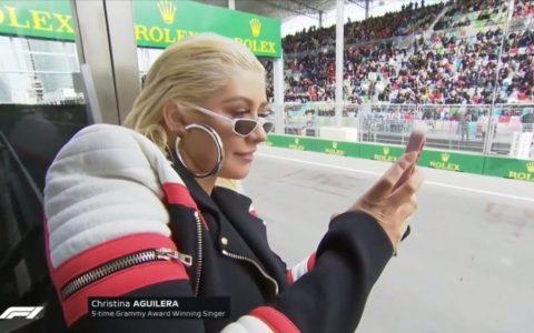 """""""Aquí podemos ver a Cristina Aguilera, fingiendo que le interesa la Fórmula 1"""""""