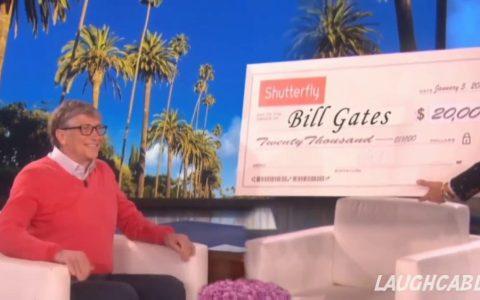 Cuando te sientas inútil, recuerda que Ellen DeGeneres le entregó a Bill Gates un cheque de 20.000 dólares...