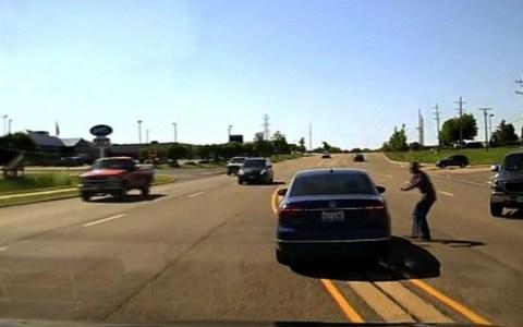 """El conductor de una camioneta ve que hay un coche """"a la deriva"""", se percata de que dentro hay alguien sufriendo un ataque, deja su pick-up en medio de la carretera y salta dentro del coche en marcha (delante de la policía)"""