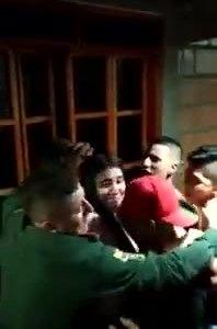 Policías acuden a una fiesta prohibida y en lugar de disolverla, se quedan bailando