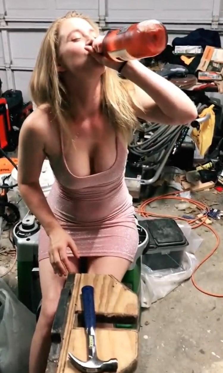 Cómo abrir una botella con un destornillador y un martillo
