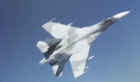 El Pentágono ha publicado este vídeo en el que un Su-27 ruso se cruza por delante del morro de un B-52 americano sobrevolando el Mar Negro este pasado viernes