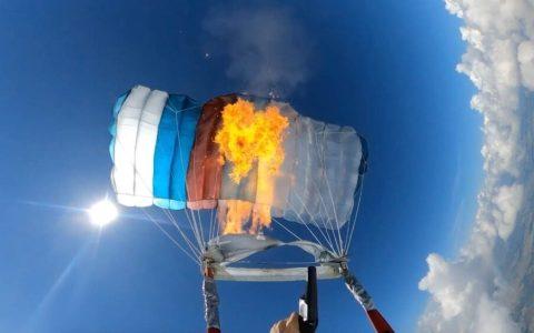 Dispara una bengala a su propio paracaídas y se quema por completo
