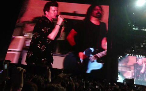 Foo Fighters y Rick Astley rickroleando con mucho estilo a 60.000 personas