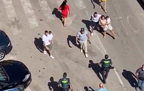 Unos amables ciudadanos hacen recular a 4 agentes de policía
