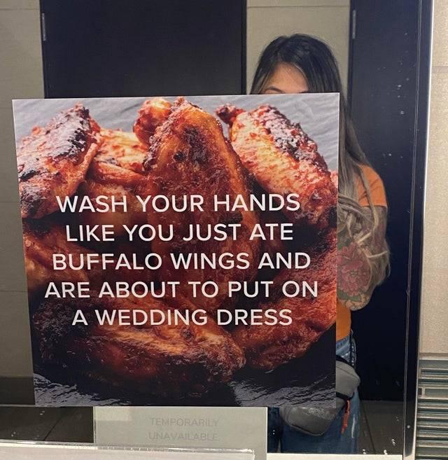 """""""Lávate las manos como si acabases de comer alitas de pollo y estuvieras a punto de ponerte un traje de boda"""""""