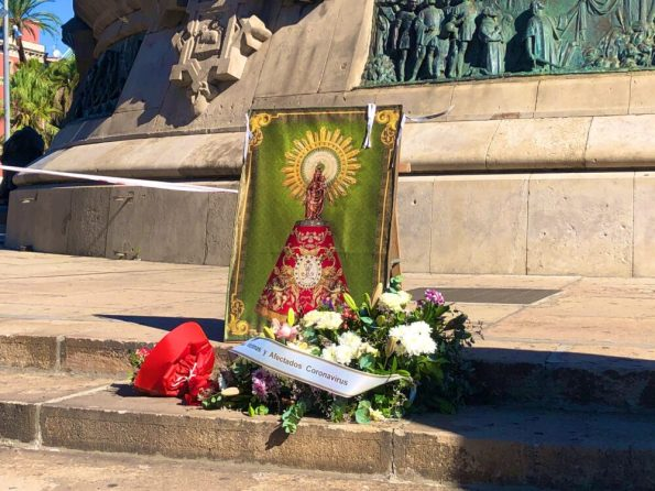 Ofrenda floral en el monumento a Colón y bendición a la virgen del Pilar en Barcelona encabezada por la cúpula de Vox en Cataluña durante el 12O