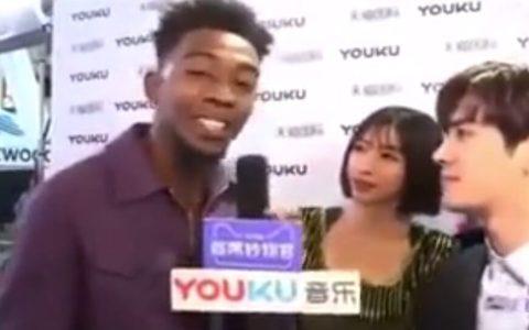 La china de atrás se cree que el negro está rapeando xdd