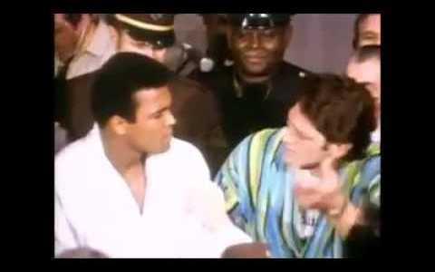 Muhammad Ali intentando asustar a Ringo Bonavena con nulo éxito