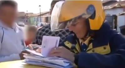 Un cartero llega a un barrio gitano y se dispone a repartir las multas del día