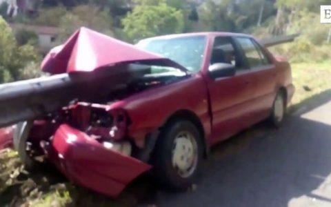 Un hombre incrusta su coche en un quitamiedos de Turón (Asturias) como si fuera un pincho moruno