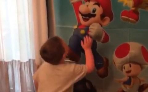 Este niño va a descubrir por la hard way que la estrella del Mario no funciona en el mundo real...