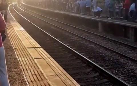 Fans de Harry Potter hacen cola durante horas para ver el Hogwarts Express... para que un tren de cercanías les bloquee la visión mientras pasa :D