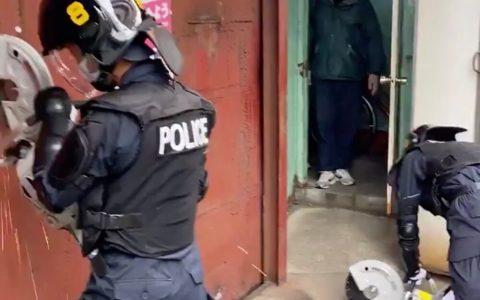 Esto solo es posible en Japón: más de 100 policías entran por la fuerza a la sede en Tokio de un grupo ultraizquierdista, pero antes, dejan que les miren la temperatura para comprobar que no tienen el virus