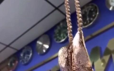 El verdadero amor es hacerte un colgante con una réplica del vagino de tu crush