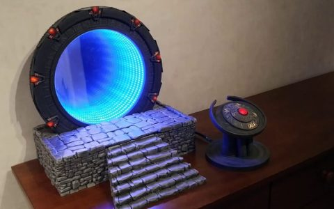 Maqueta de una Stargate funcional con efecto de reflejo infinito