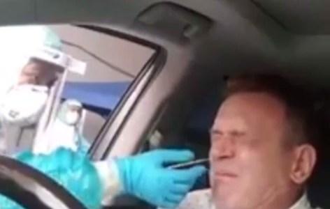 Duele solo de verlo: un señor se somete a una PCR en su coche