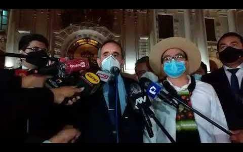 Un espontáneo le mete un puñaco infernal a un congresista peruano