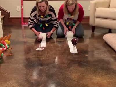 Más excusas para beber estas Navidades: el juego del rollo de papel