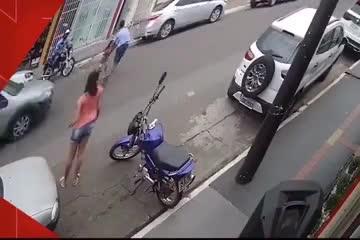 Se tira a la carretera sin pensárselo dos veces para salvarle la vida a una niña