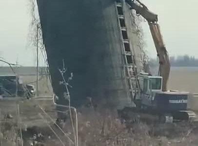 Espectacular demolición de un silo