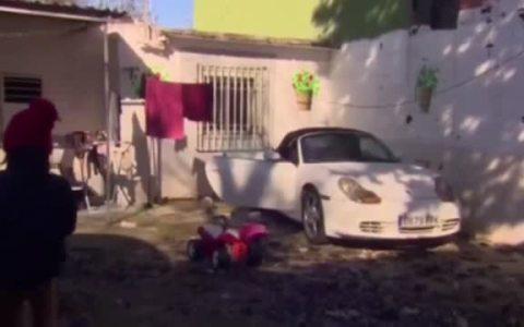 Lo estás arreglando: La mujer que se quejaba de su situación precaria en la Cañada Real, da explicaciones por el Porsche y el BMW que están aparcados en su vivienda