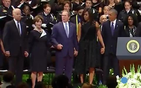 Trump, Biden... ninguno podrá superar el momentaso de George Bush bailando en el funeral de unos policías, ciego como un piojo