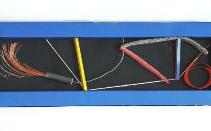 Caligrafía ( Lembranza de Lázaro Enríquez)/    Ensamblaxe en caixa de cartón/    11x31x2 cm/    2006