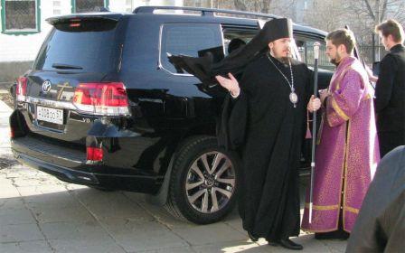 Жена священника требует одолжить им 150 000 рублей на новую машину