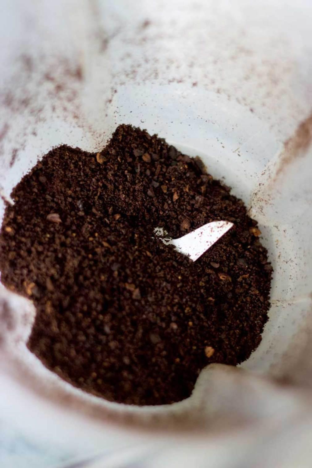 Moendo café torrado
