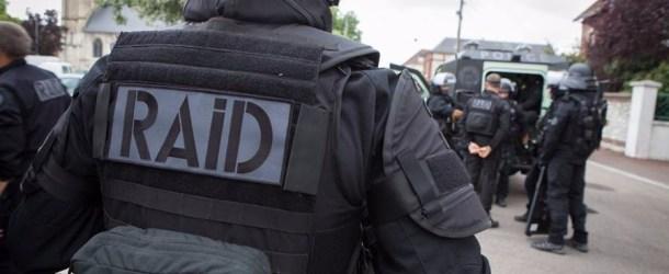 Entouré de policiers du RAID, Mehdi Nemmouche a été présenté au tribunal de Meaux