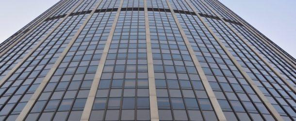 Paris : un homme escalade la tour Montparnasse à mains nues