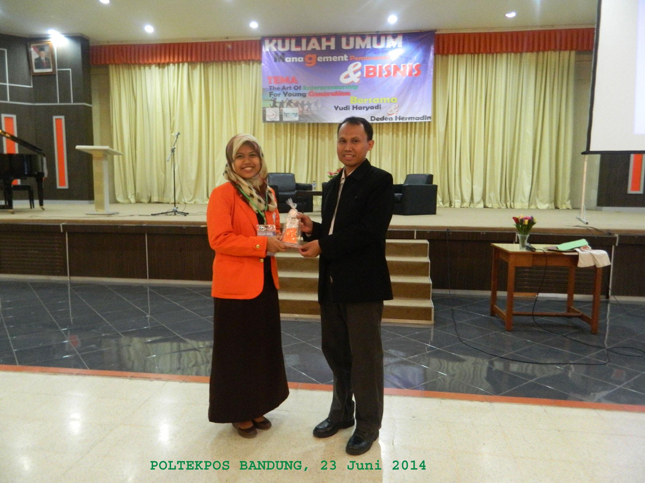 Penerimaan Cenderamata setelah mengisi Kuliah Umum di PoltekPos Bandung