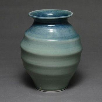 Vase with swirlv