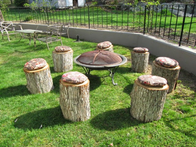 11 Fire Pit Seatings Comprising Of Tree Stumps And Rock