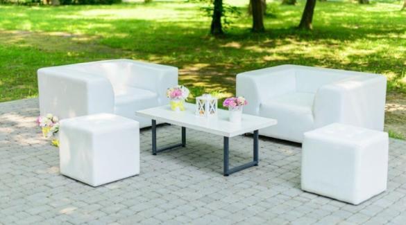 Wit loungeset op een zonnig terras