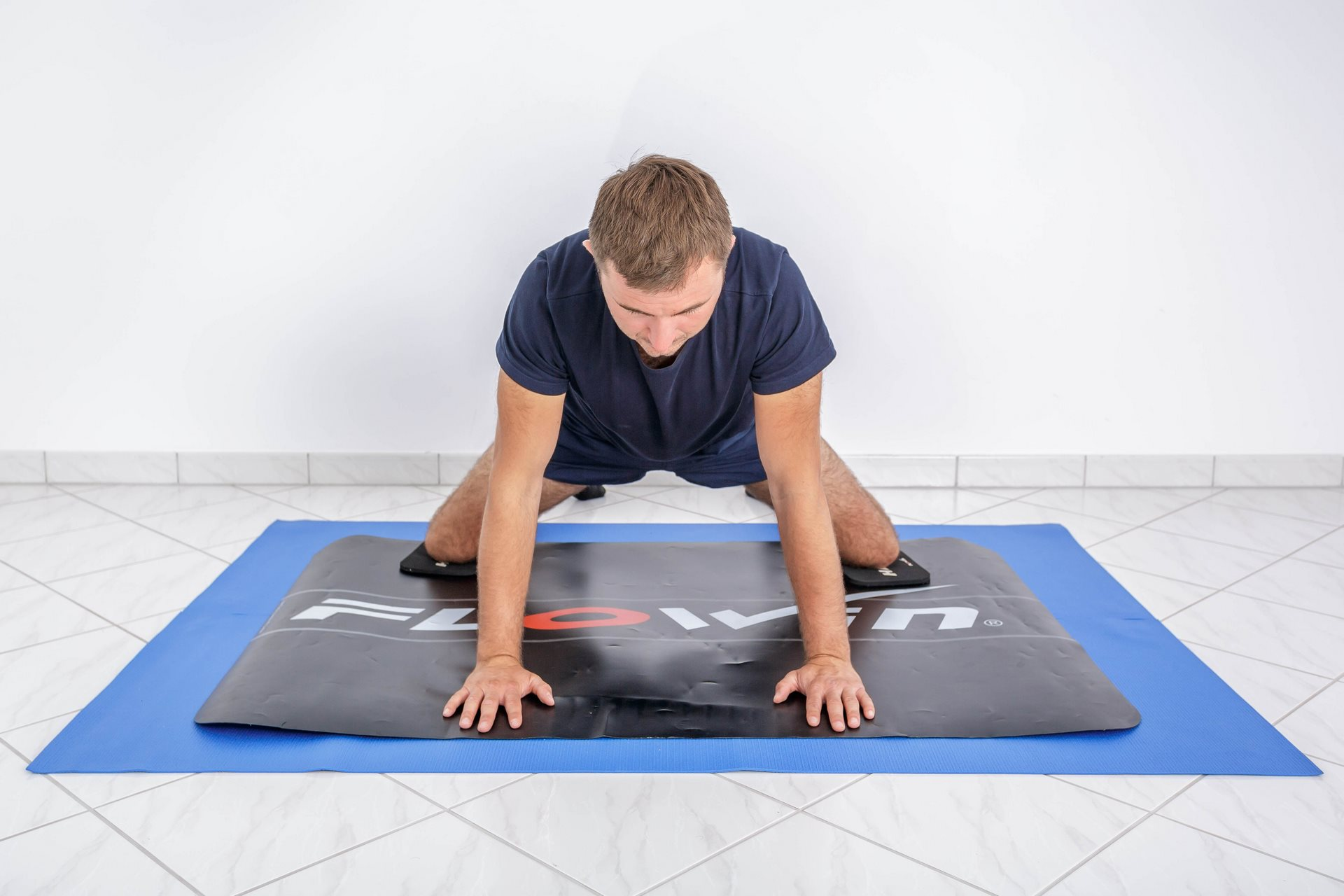 Zdjęcia instruktażowe ćwiczeń fizjoterapeutycznych dla Manual Clinic