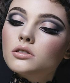3_beautiful_ways_in_which_to_Wear_Urban_Decay's_New_Naked_Smoky_Palette_02