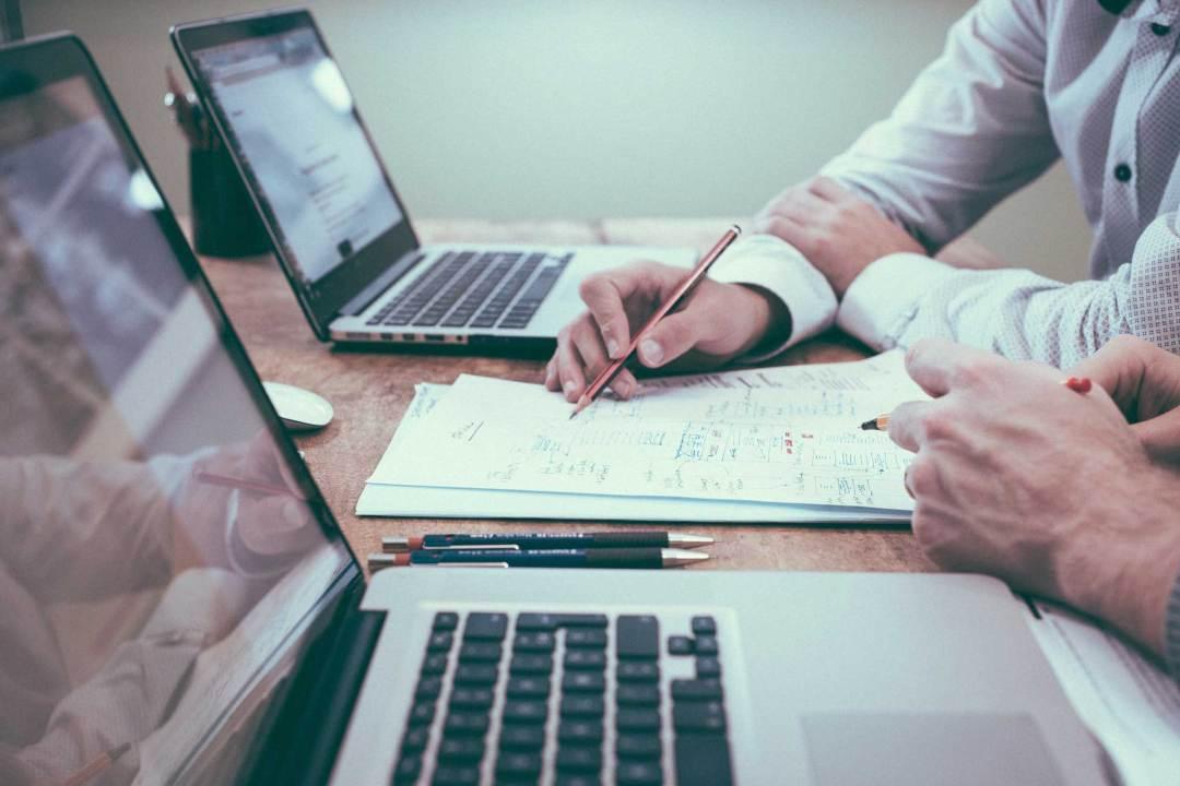 2 ordinateurs bureau FIRST Compta expert comptable, conseils, audit, créateur, profession libérale, villefranche, belleville, beaujeu, lantignié, regnié, cercié, mâcon