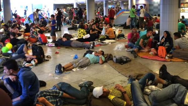 Migrants form a crowd at the Keleti pályaudvar train station Sept. 2 in Budapest while waiting passage to Germany, Austria and other wealthier countries within the European Union where the laws on refugee protection are better. Photo by Daniel Peters for United Methodist News Service
