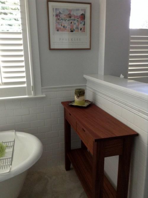 table between halfwall and tub