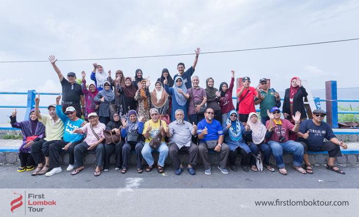 paket tour lombok tamu malaysia berfoto bersama dan bahagia liburan 4 hari 3 malam di Lombok