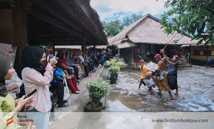 paket wisata lombok mengantar tamu dari malaysia - melihat perang adat suku sasak
