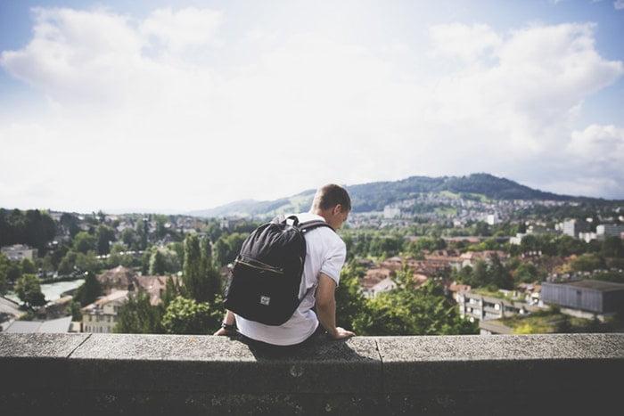 Berwisata menggunakan tas, sumber unsplash