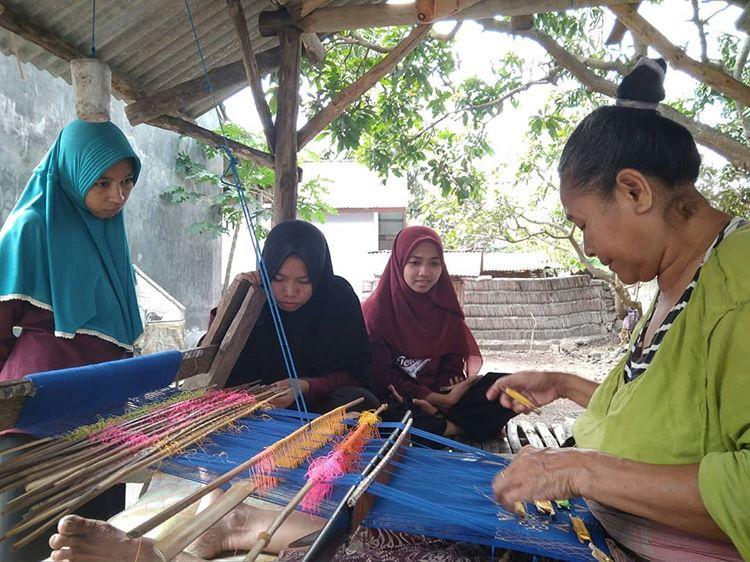 Melihat proses membuat tenun songket di desa Sukarare Lombok, sumber ig @kkprm_sukerare2018