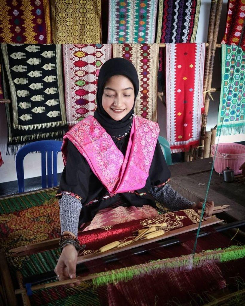 Wanita Menggunakan Pakaian Adat Sasak, sumber wolipop.detik.com