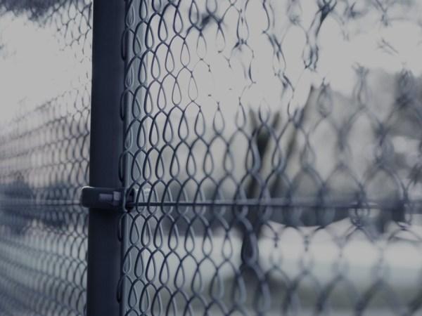 フェンスの向こう側。