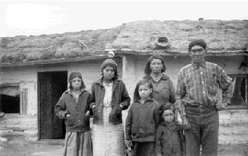 https://i0.wp.com/firstpeoplesofcanada.com/images/firstnations/fp_metis/shelter_house_metisfamily.jpg
