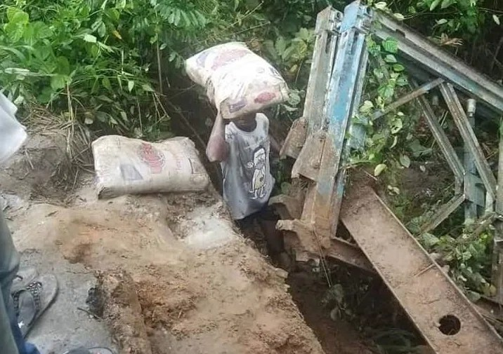Bridge collapses in Akwa Ibom while locals steal the cement