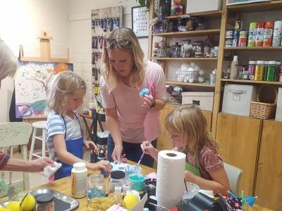 Andi Spencer and kids working on an art project at MY Studio